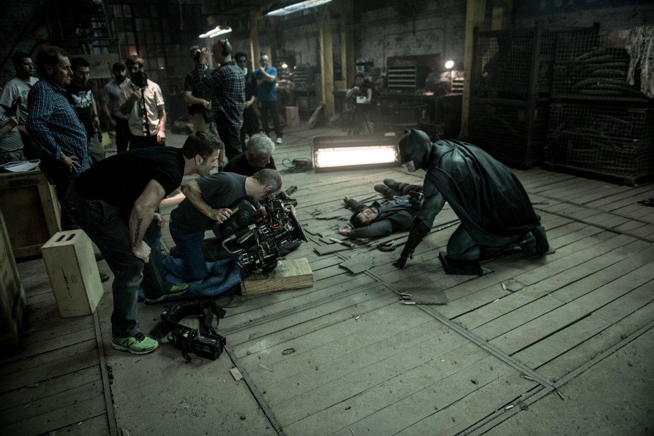 El director Zack Snyder y Ben Affleck como Batman en el set de Batman v Superman: Dawn of Justice (2016). Imagen: Batman v Superman Twitter (BatmanvSuperman).