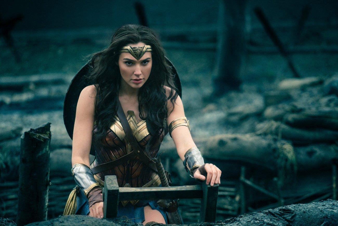 Wonder Woman (Gal Gadot) saliendo de las trincheras en Wonder Woman (2017). Imagen: Wonder Woman Twitter (@WonderWomanFilm).