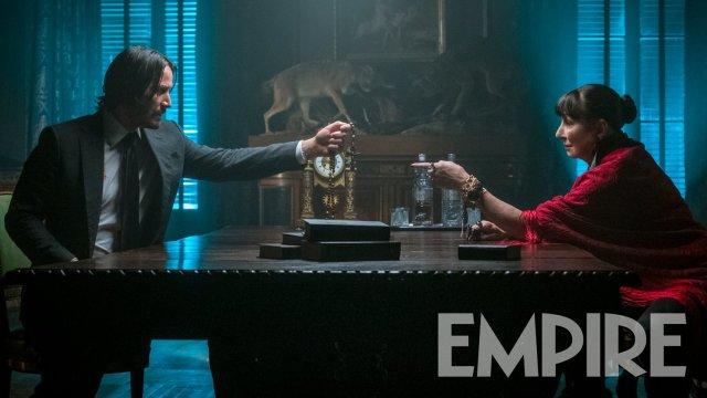 Keanu Reeves y Anjelica Huston frente a frente en John Wick 3: Parabellum (2019). Imagen: Empire Magazine Twitter (@empiremagazine).
