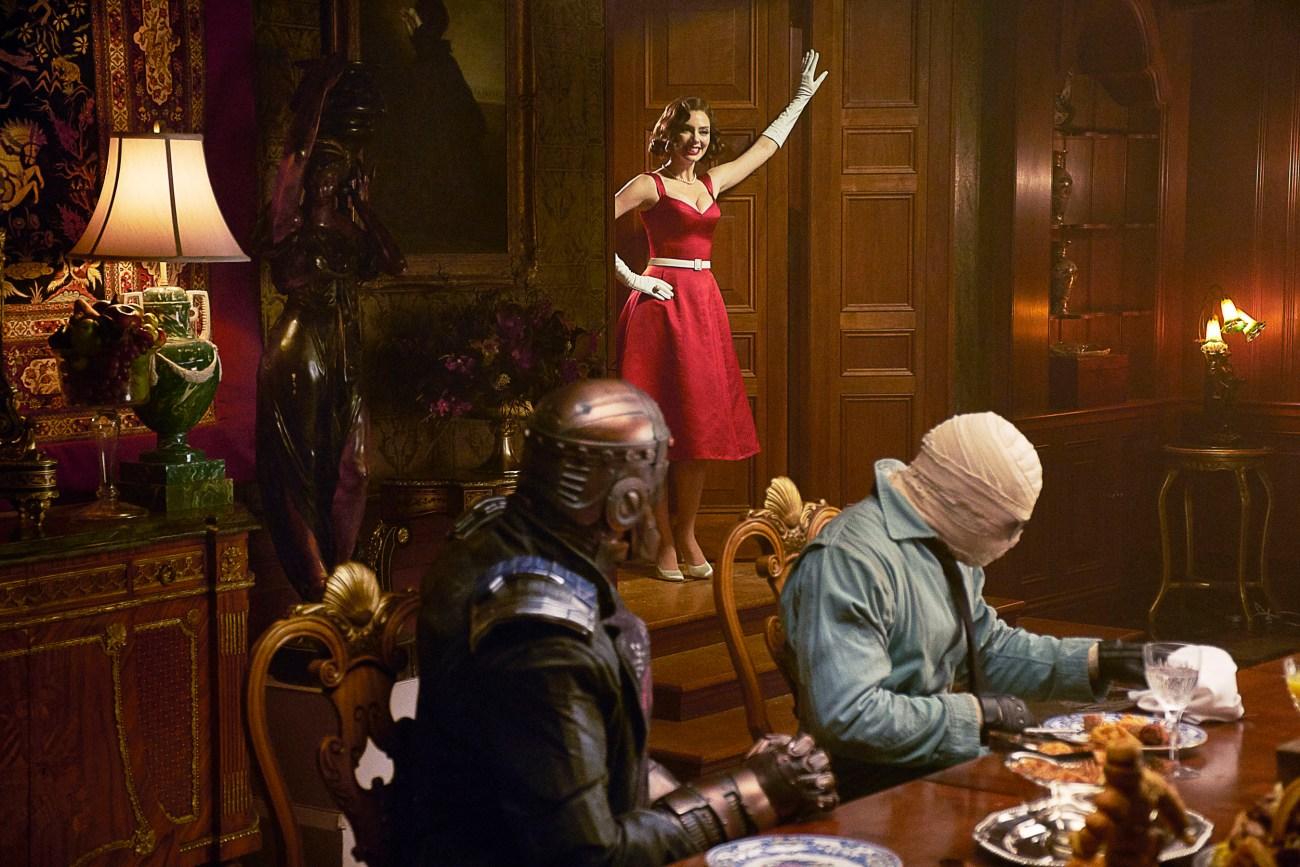 Elasti-Woman (April Bowlby), Robotman (voz de Brendan Fraser) y Negative Man (voz de Matt Bomer) en Titans. Imagen: Christos Kalohoridis/Warner Bros. Entertainment.