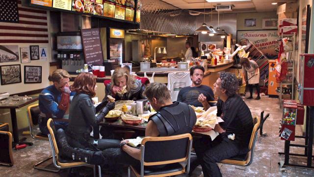 Comiendo shawarma en una escena post-créditos de The Avengers (2012). Imagen: pinterest.com