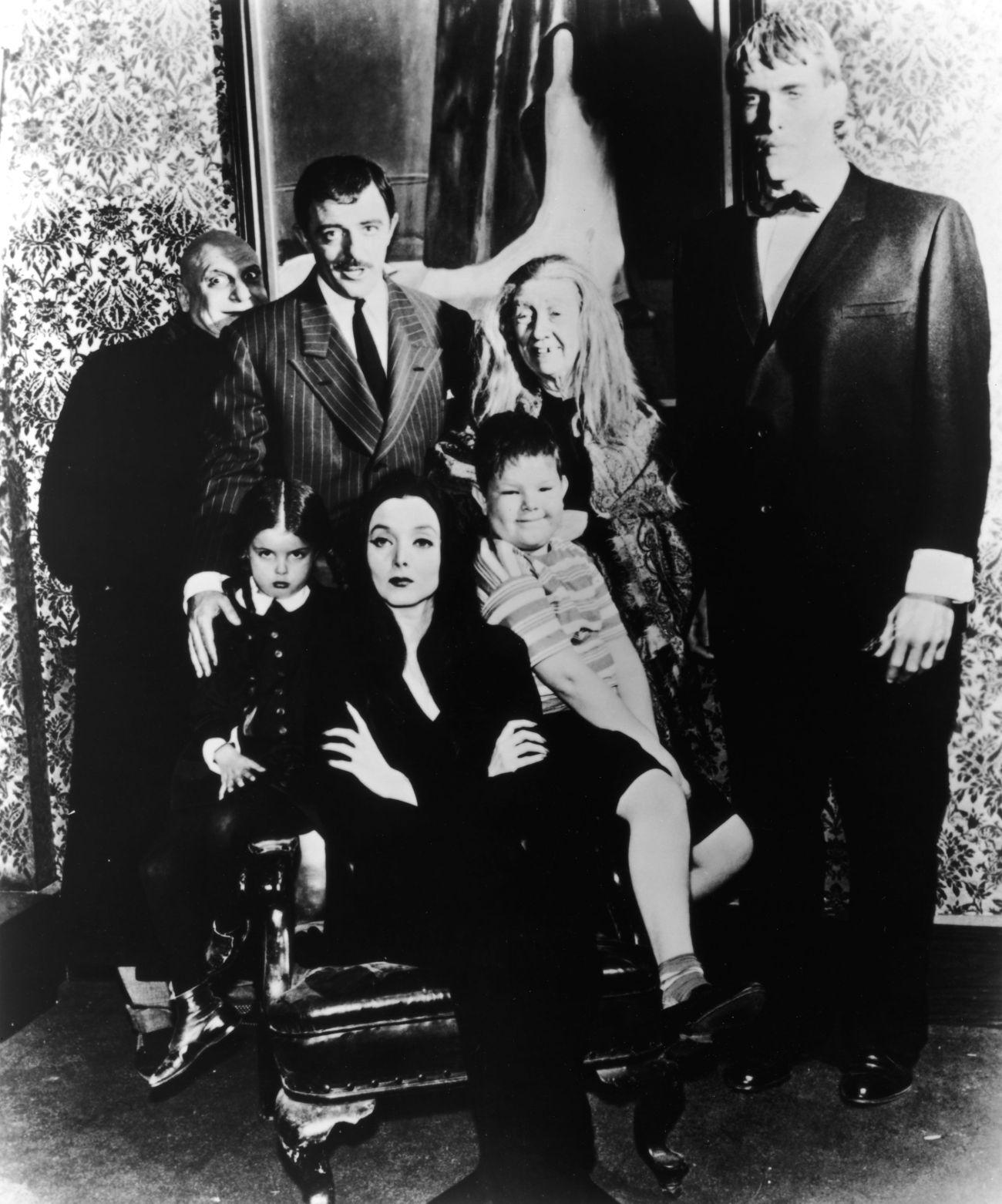 El elenco de la serie The Addams Family (1964-1966). Imagen: pinterest.com