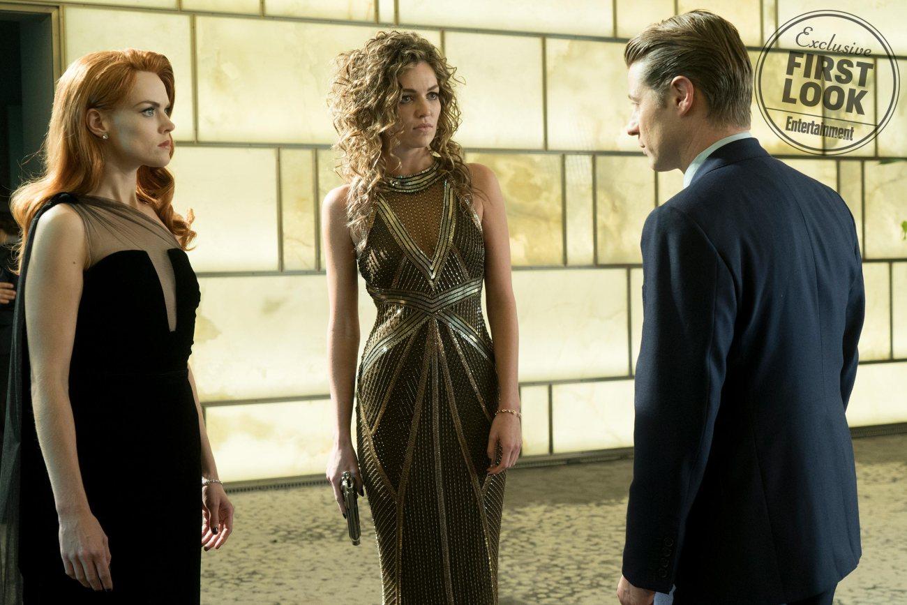 Erin Richards, Lili Simmons y Ben McKenzie en el episodio final de Gotham. Imagen: FOX/Entertainment Weekly