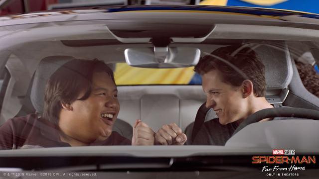 Ned Leeds (Jacob Batalon) y Peter Parker (Tom Holland) en el Audi e-tron GT. Imagen: audi.com