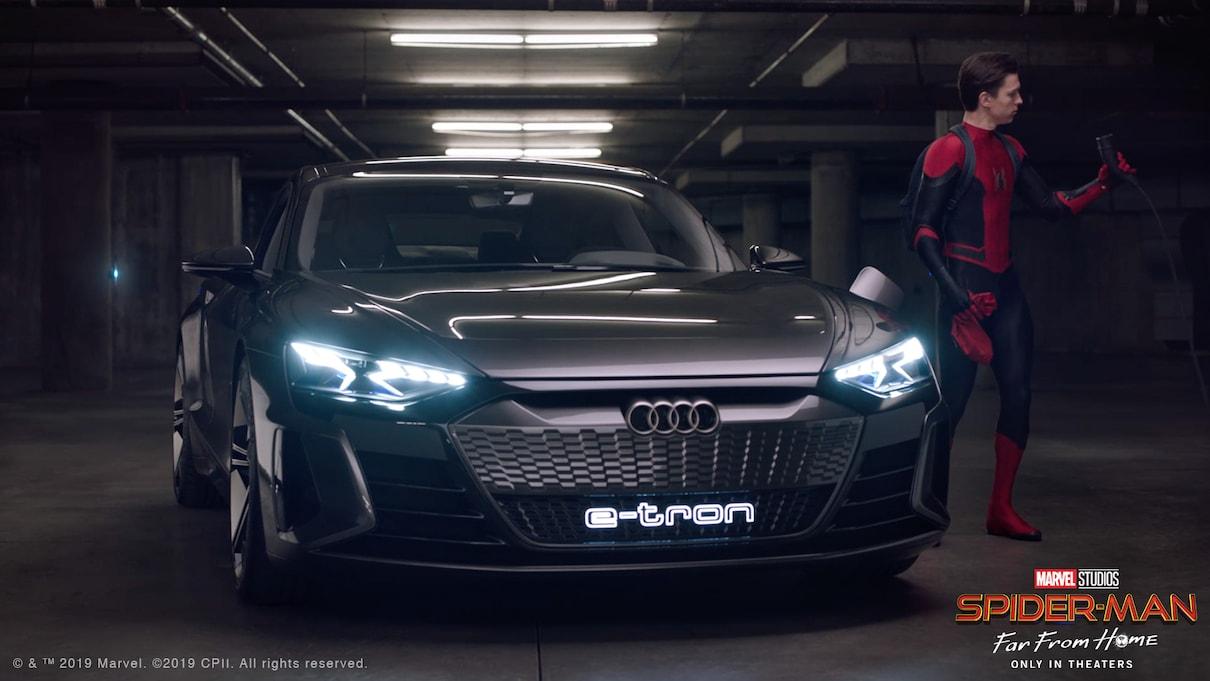 Peter Parker/Spider-Man (Tom Holland) y el Audi e-tron GT. Imagen: audi.com