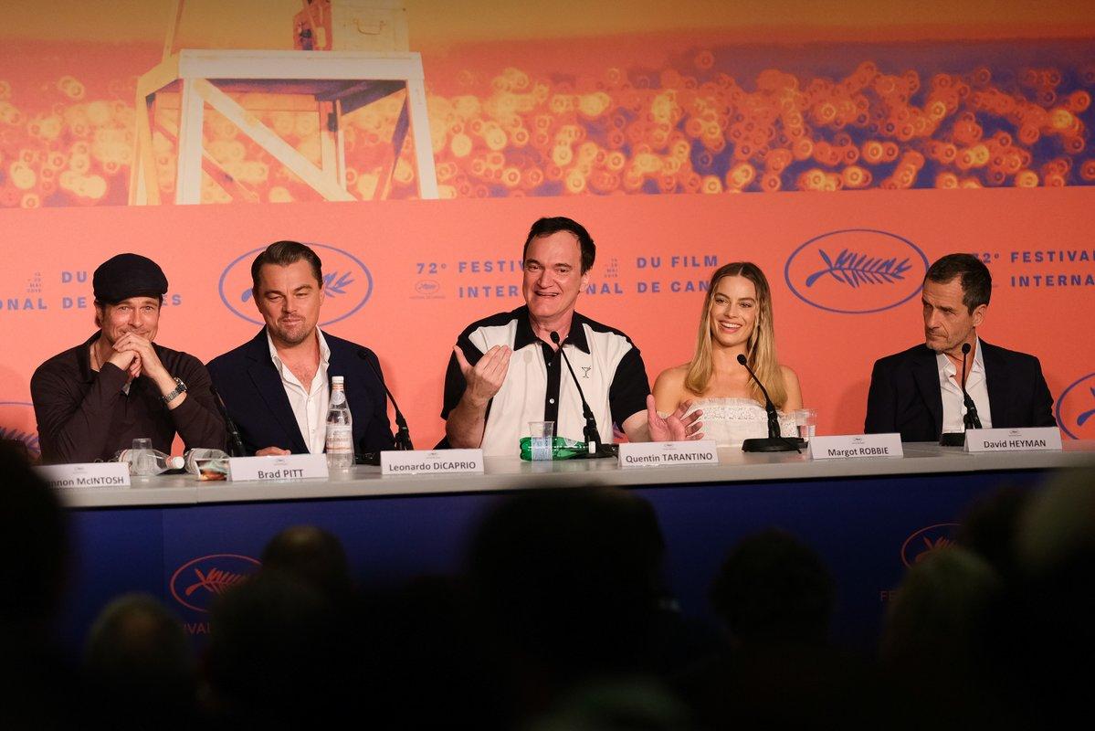 El director Quentin Tarantino (centro) y el elenco de Once Upon a Time in Hollywood (2019) en el Festival de Cine de Cannes. Imagen: Once Upon a Time in Hollywood Twitter (@OncelnHollywood).