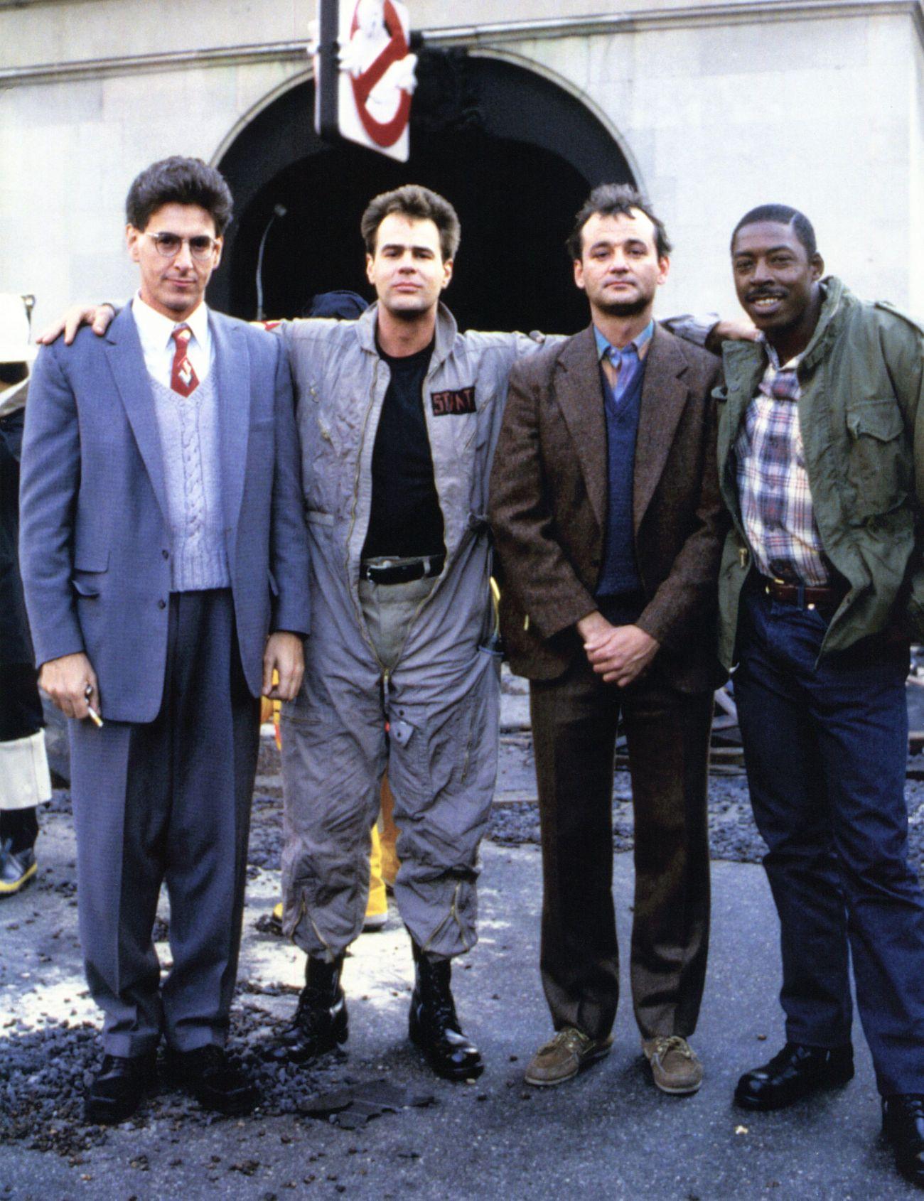 Harold Ramis (1944-2014) como el Dr. Egon Splenger, Dan Aykroyd como el Dr. Ray Stantz, Bill Murray como el Dr. Peter Venkman y Ernie Hudson como Winston Zeddemore en el set de Ghostbusters (1984). Imagen: pinterest.com