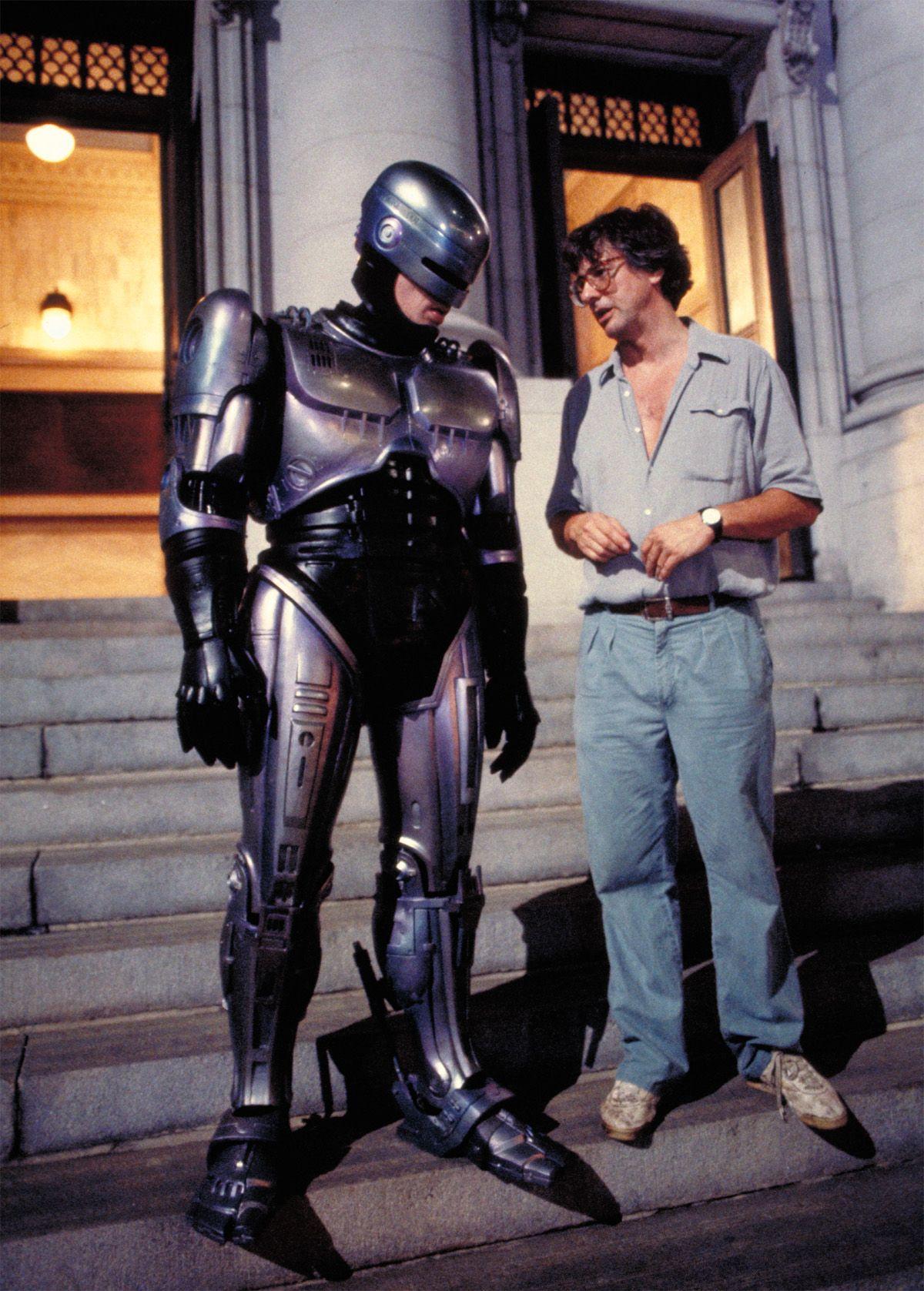 Peter Weller y el director Paul Verhoeven en el set de RoboCop (1987). Imagen: pinterest.com