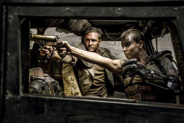 Max Rockatansky (Tom Hardy) e Imperator Furiosa (Charlize Theron) en Mad Max: Fury Road (2015). Imagen: Warner Bros.