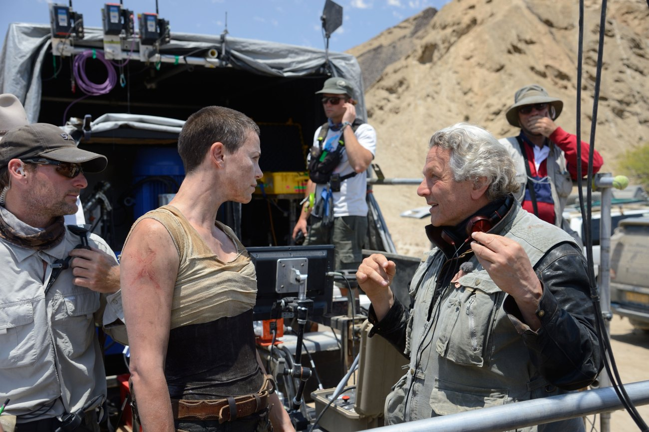 Charlize Theron y el director Geeorge Miller en el set de Mad Max: Fury Road (2015). Imagen: Warner Bros.