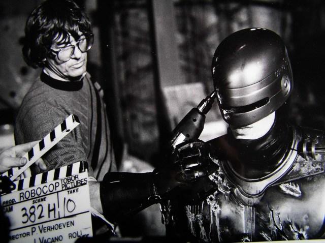El director Paul Verhoeven y Peter Weller en el set de RoboCop (1987). Imagen: onset.shotonwhat.com