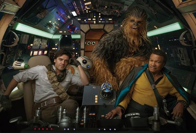 D-O, Oscar Isaac como Poe Dameron, BB-8, Joonas Suotamo como Chewbacca  y Billy Dee Williams como Lando Calrissian en la cabina de la nave Millennium Falcon. Imagen: Annie Leibovitz/Vanity Fair