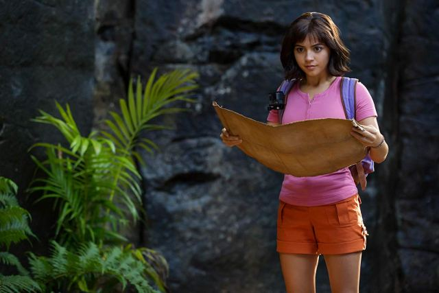 Dora (Isabela Moner) buscando el camino en Dora and the Lost City of Gold (2019). Imagen: Vince Valitutti/Paramount Players