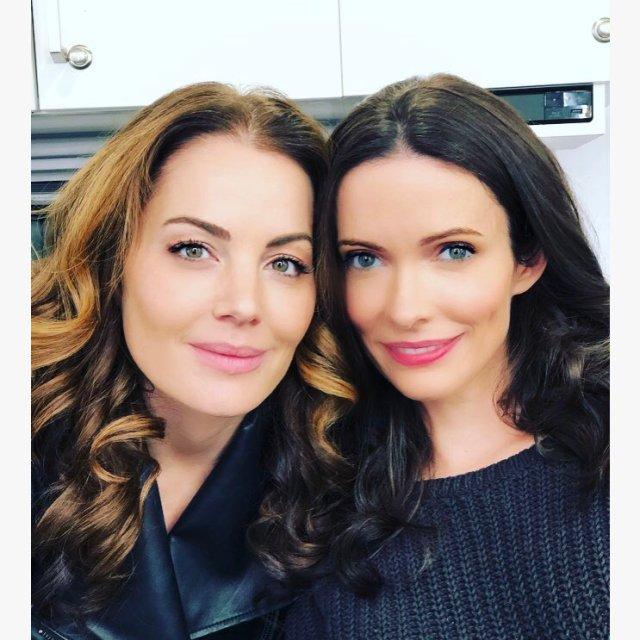 Erica Durance como Lois Lane (Smallville) y Elizabeth Tulloch como Lois Lane (Earth-38) en el set de Crisis on Infinite Earths. Imagen: Elizabeth Tulloch Twitter (@BitsieTulloch).