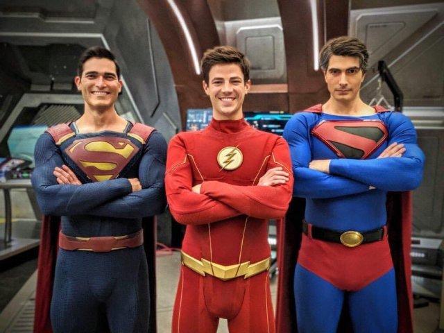 Tyler Hoechlin como Superman (Earth-38), Grant Gustin como Flash y Brandon Routh como Superman (Kingdom Come) en el set de Crisis on Infinite Earths. Imagen: Riley Cole Twitter (@DWFA2014).