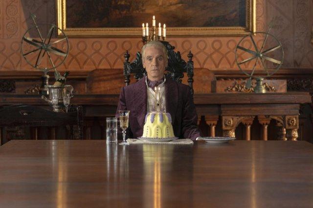 Jeremy Irons como Adrian Veidt en Watchmen. Imagen: Colin Hutton/HBO.