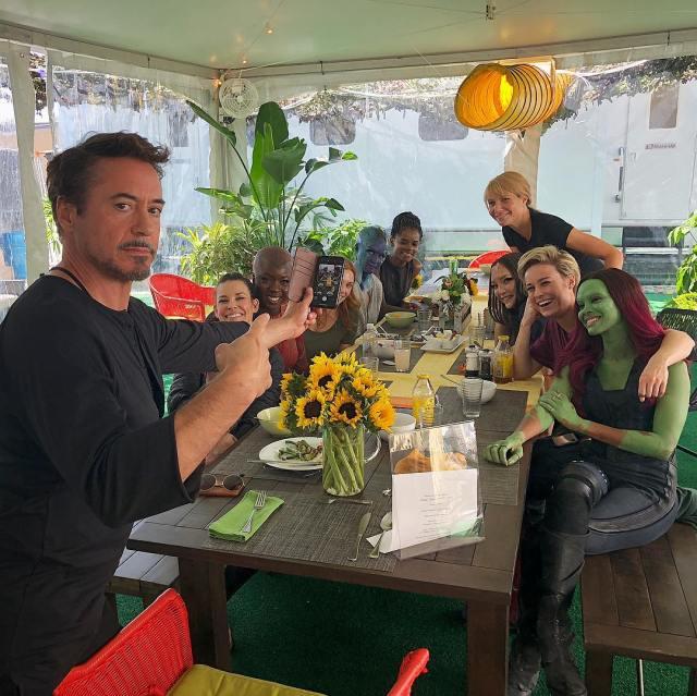 Robert Downey Jr. y las actrices de Avengers: Endgame (2019). Imagen: marvelcinematicuniverse.fandom.com