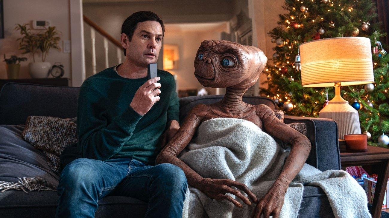 Henry Thomas como Elliott y E.T. en A Holiday Reunion (2019). Imagen: comcast.com