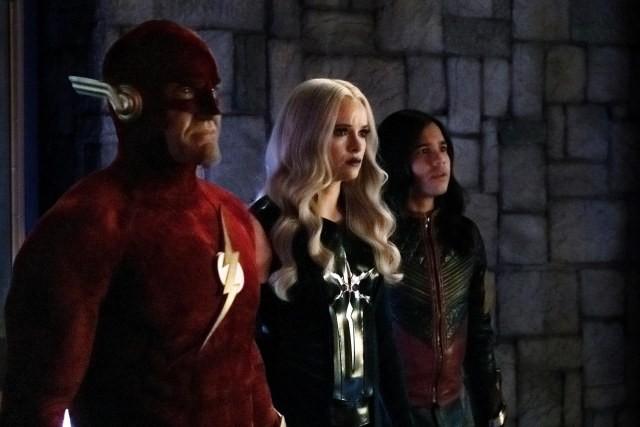 John Wesley Shipp como Barry Allen/Flash (Earth-90), Danielle Panabaker como Caitlin Snow/Killer Frost y Carlos Valdés como Cisco Ramón/Vibe en Crisis on Infinite Earths: Part Three. Imagen: Katie Yu/The CW