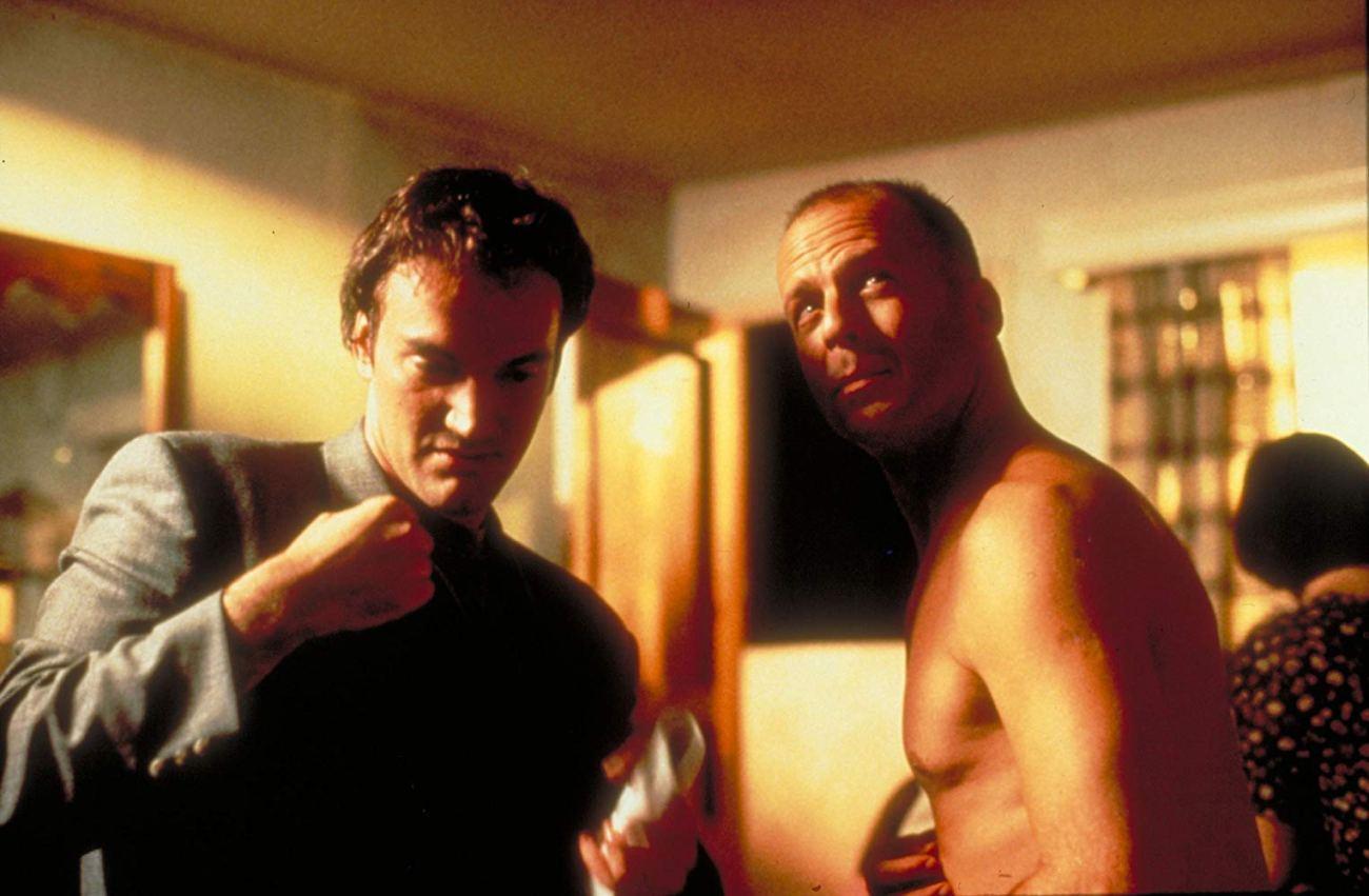 El director Quentin Tarantino y Bruce Willis como Butch Coolidge en el set de Pulp Fiction (1994). Imagen: Miramax
