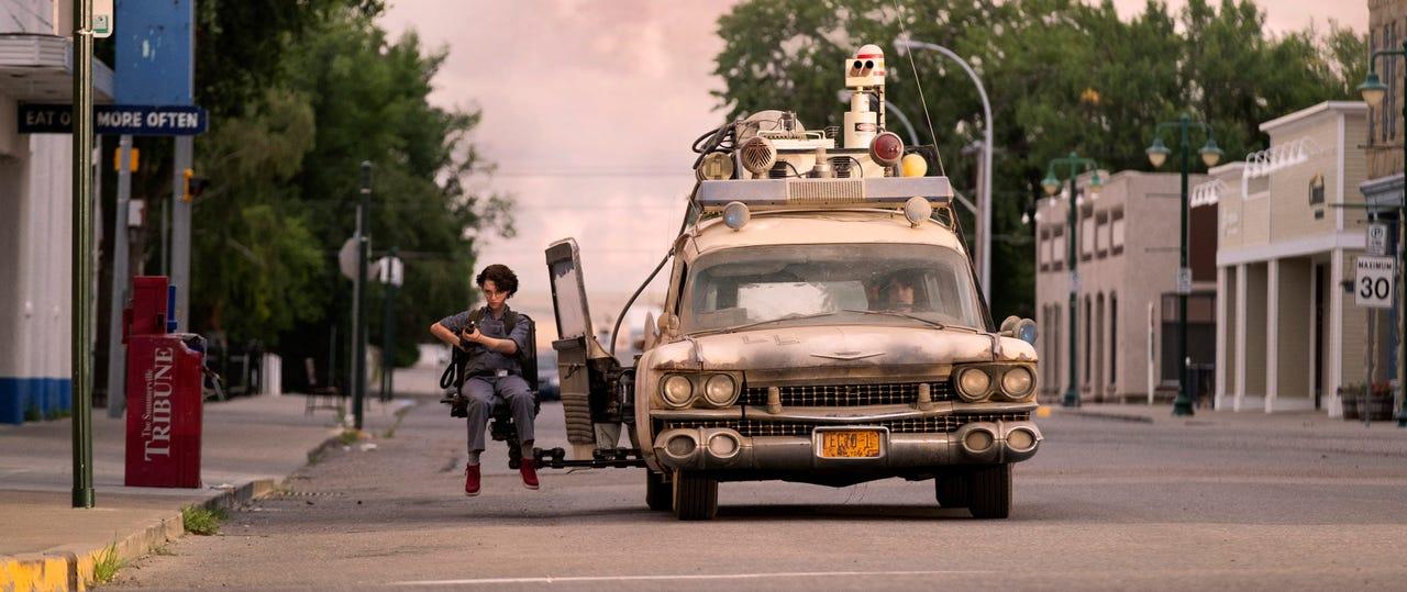 Phoebe (Mckenna Grace) y el ECTO-1 en Ghostbusters: Afterlife (2020). Imagen: Kimberley French
