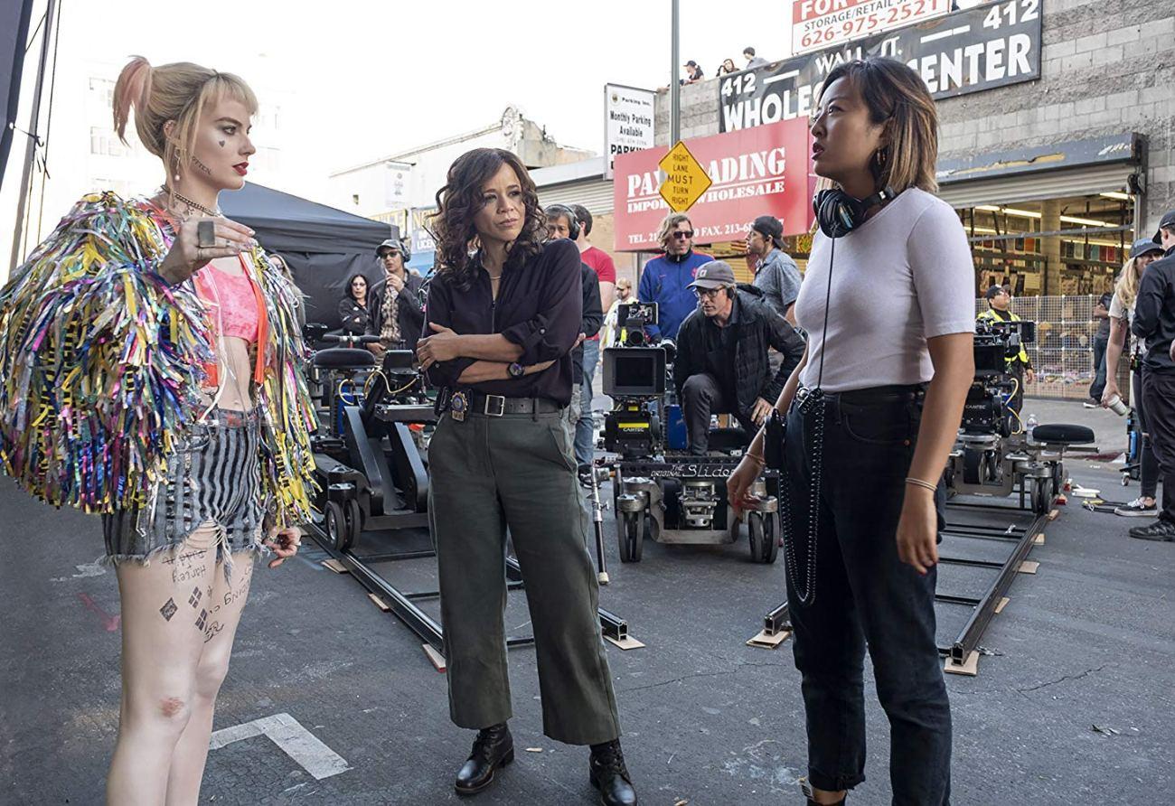 Margot Robbie como Harley Quinn, Rosie Pérez como Renée Montoya y la directora Cathy Yan en el set de Birds of Prey (2020). Imagen: Claudette Barius/Warner Bros. Entertaiment