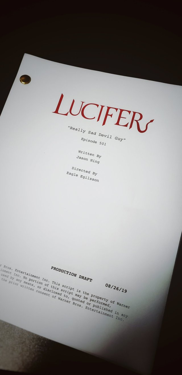 El guión del episodio 501 de Lucifer en Netflix. Imagen: Lucifer Writers Room Twitter (@LUCIFERwriters).