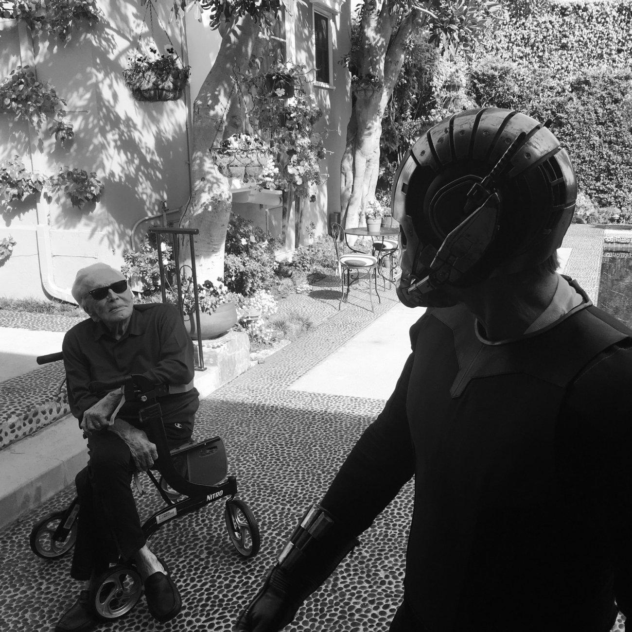 Kirk Douglas (1916-2020) y Michael Douglas en el set de Ant-Man and the Wasp (2018). Imagen: Peyton Reed Twitter (@MrPeytonReed).