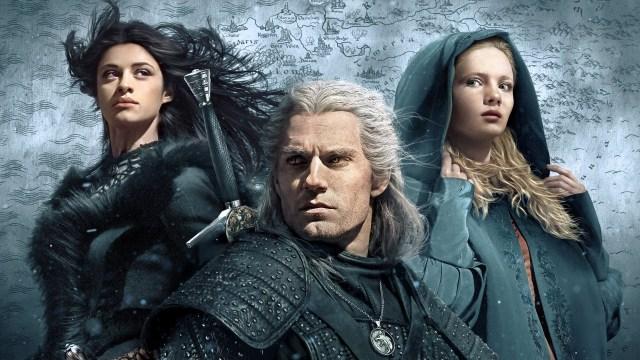 Anya Chalotra como Yennefer, Henry Cavill como Geralt de Rivia y Freya Allan como Ciri en The Witcher. Imagen: fanart.tv