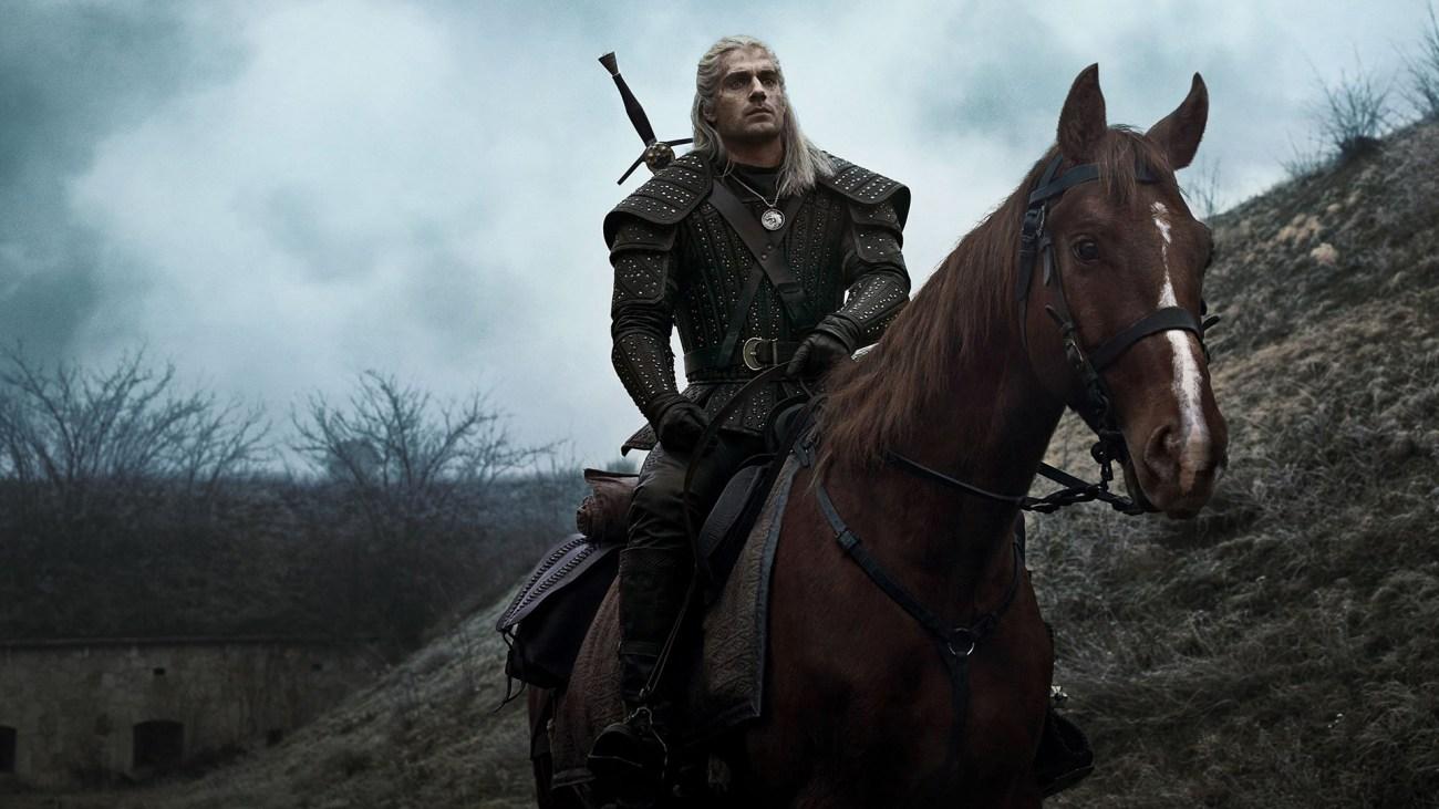 Henry Cavill como Geralt de Rivia y su corcel Roach en The Witcher. Imagen: fanart.tv