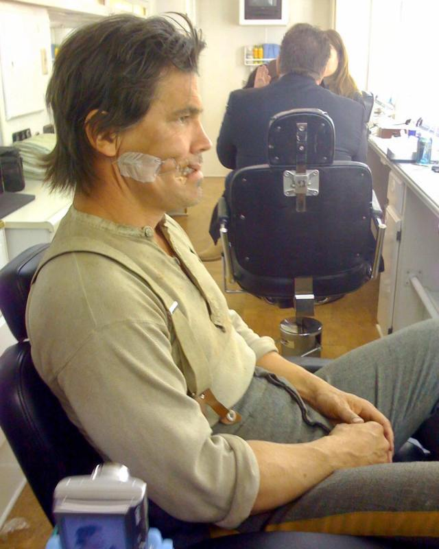 Josh Brolin en la silla de maquillaje de Jonah Hex (2010). Imagen: Josh Brolin Instagram (@joshbrolin).