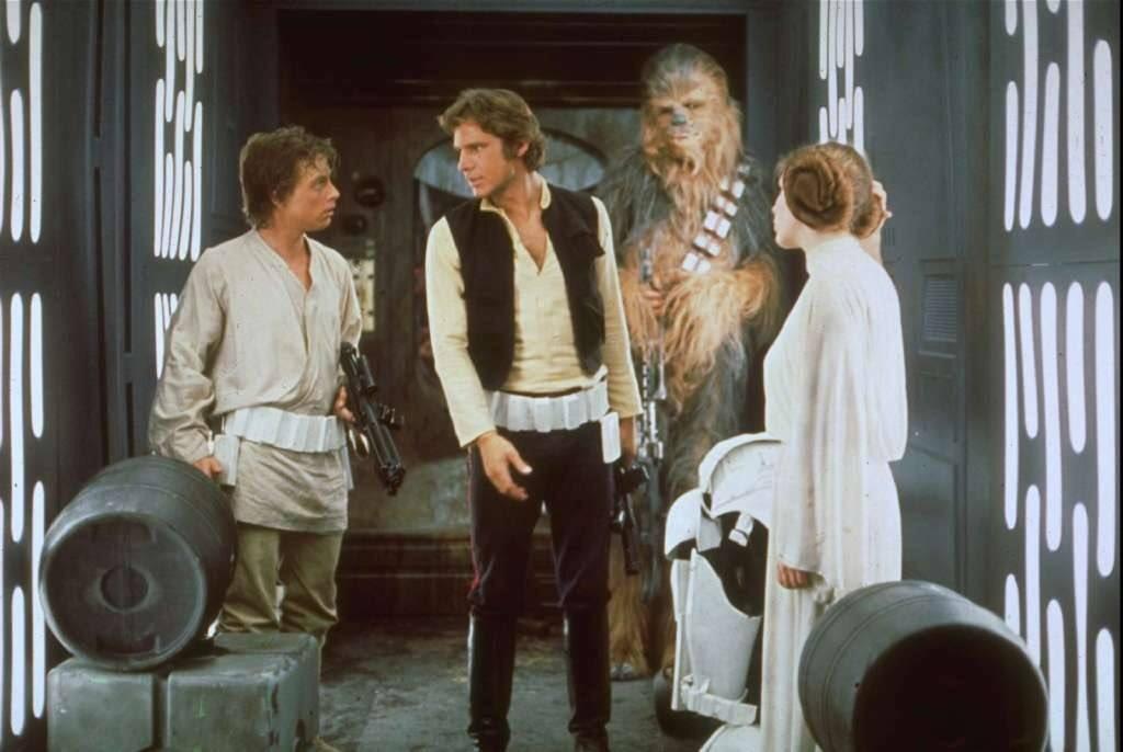 Luke Skywalker (Mark Hamill), Han Solo (Harrison Ford), Chewbacca (Peter Mayhew) y la Princesa Leia Organa (Carrie Fisher) en Star Wars (1977). Imagen: Scott Aguilar Twitter (@Hyongbu).