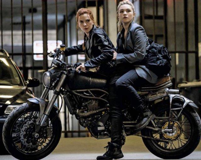 Scarlett Johansson como Natasha Romanoff y Florence Pugh como Yelena Belova en Black Widow (2020). Imagen: Black Widow Movie Twitter (@BlackWidow_Film).
