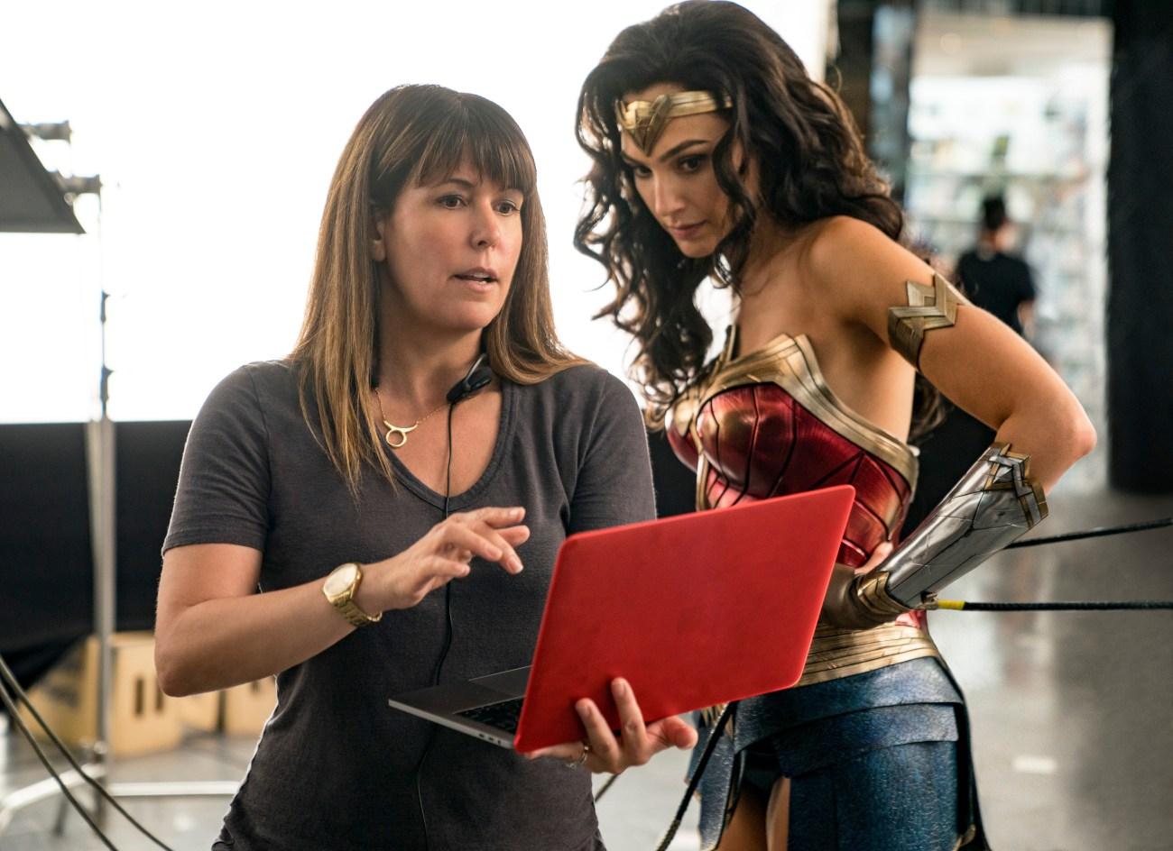 La directora Patty Jenkins y Gal Gadot en el set de Wonder Woman 1984 (2020). Imagen: Warner Bros. Entertainment, Inc./Clay Enos/DC Comics
