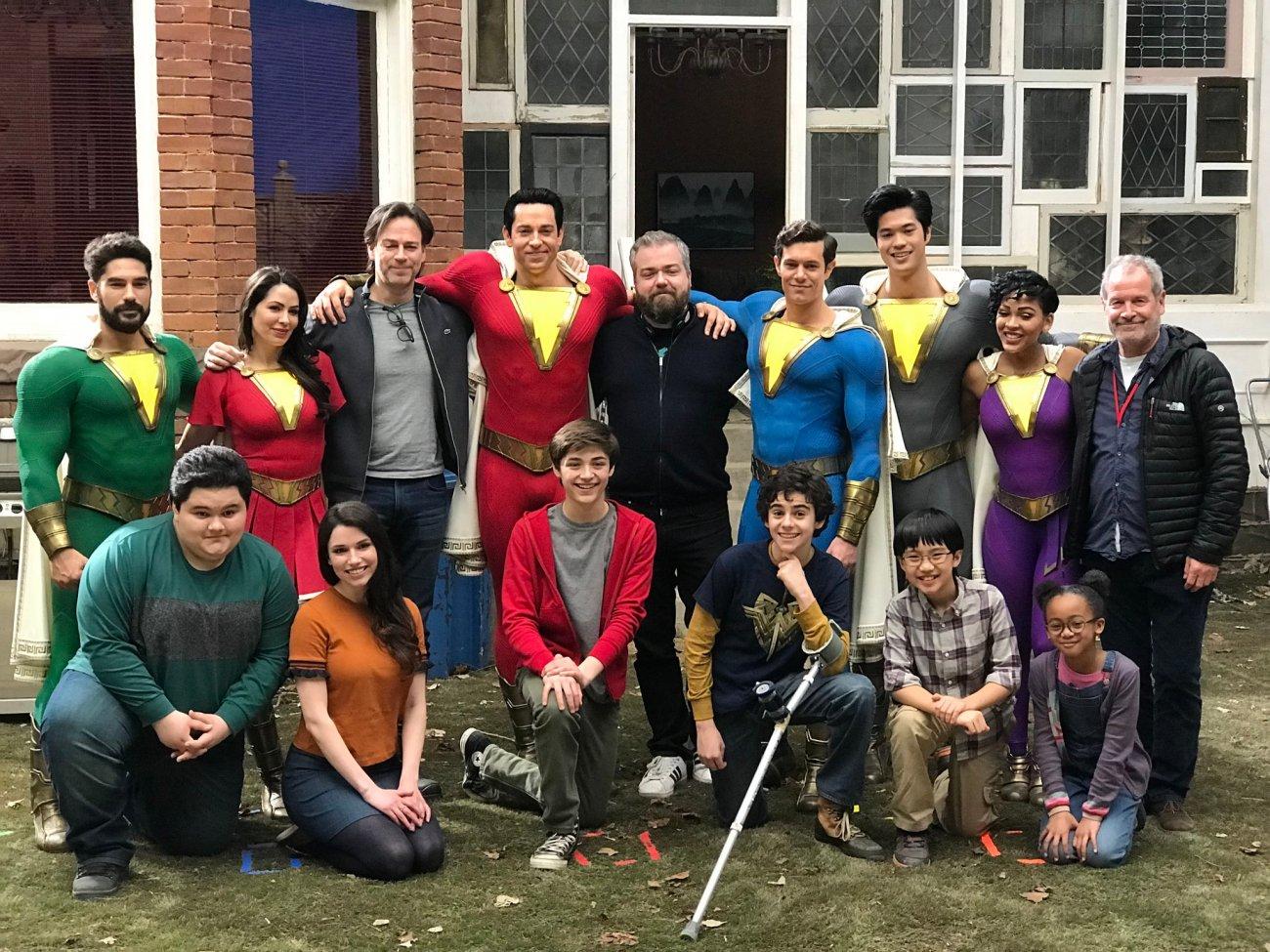 El productor Peter Safran (tercero de izquierda a derecha), el director David F. Sandberg (centro) y la Shazam Family en el set de Shazam! (2019). Imagen: David F. Sandberg Twitter (@ponysmasher).