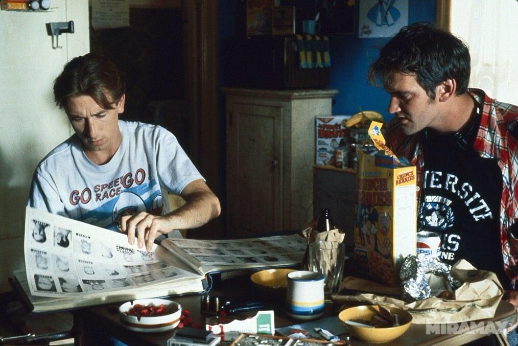 Tim Roth como Mr. Orange/Freddy Newandyke  y el director Quentin Tarantino en el set de Reservoir Dogs (1992). Imagen: thenewbev.com