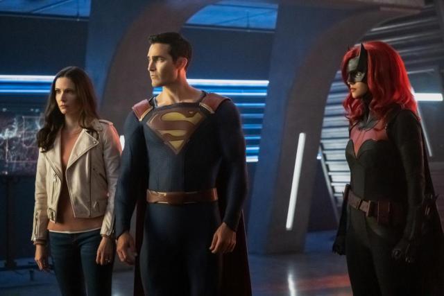 Lois Lane (Elizabeth Tulloch), Superman (Tyler Hoechlin) y Batwoman (Ruby Rose) en la primera hora del crossover Crisis on Infinite Earths. Imagen: SpoilerTV