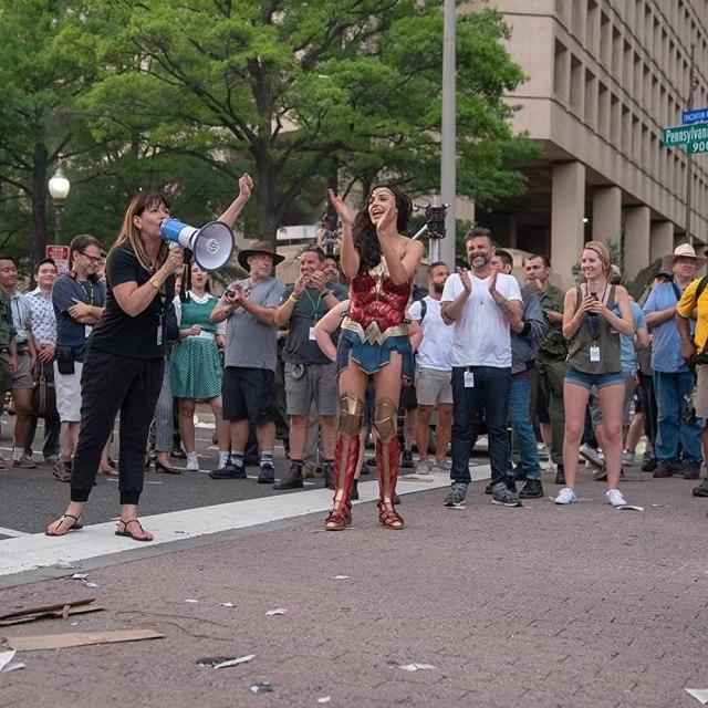 La directora Patty Jenkins y Gal Gadot como Wonder Woman en el set de Wonder Woman 1984 (2020). Imagen: IMDb.com