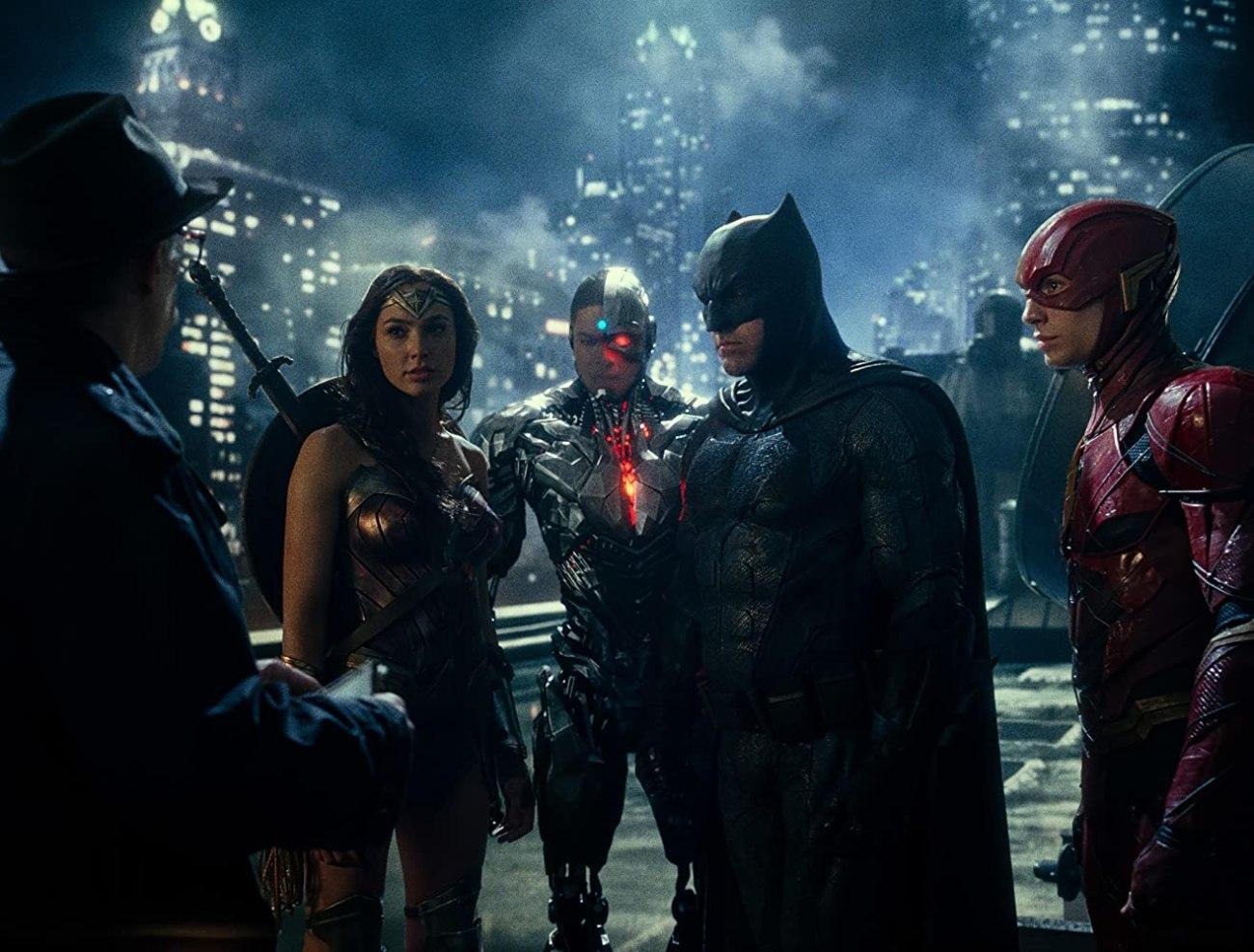 El Comisionado James Gordon (J.K. Simmons), Wonder Woman (Gal Gadot), Cyborg (Ray Fisher), Batman (Ben Affleck) y Flash (Ezra Miller) en Justice League (2017). Imagen: Warner Bros. Pictures/Ratpac-Dune Entertainment