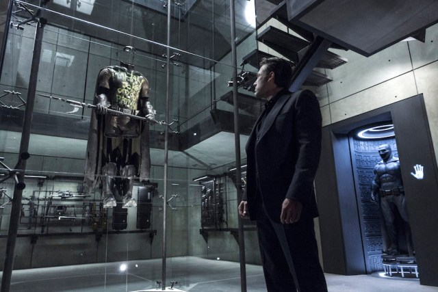 Bruce Wayne (Ben Affleck) y el traje de Robin en Batman v Superman: Dawn of Justice (2016). Imagen: IMDb.com