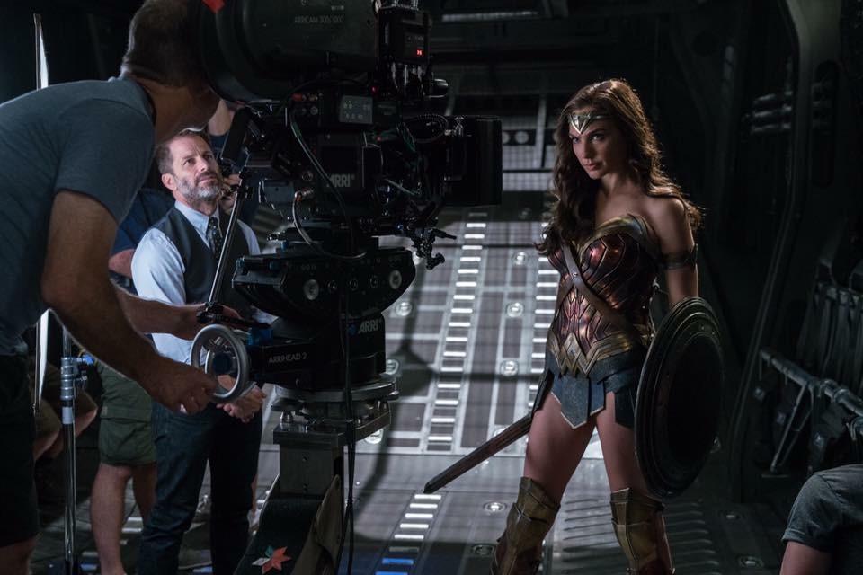El director Zack Snyder y Gal Gadot como Wonder Woman en el set de Justice League (2017). Imagen: IMDb.com