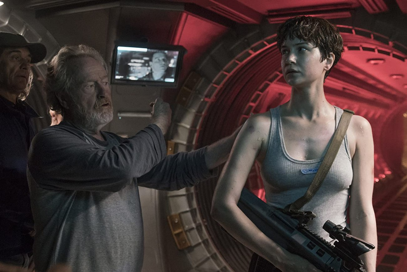 El director Ridley Scott y Katherine Waterston como Daniels en el set de Alien: Covenant (2017). Imagen: Mark Rogers/20th Century Fox