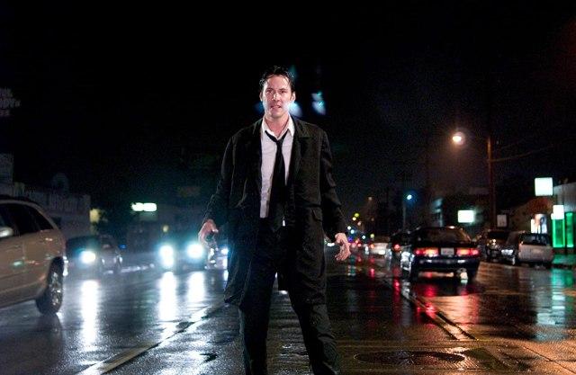 Keanu Reeves como John Constantine en Constantine (2005). Imagen: David James/Warner Bros. Pictures