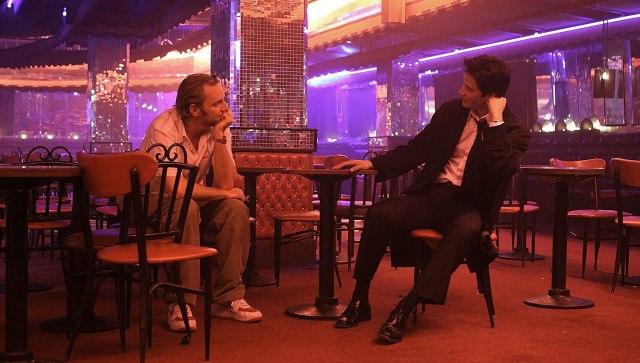 El director Francis Lawrence y Keanu Reeves como John Constantine en el set de Constantine (2005). Imagen: David James/Warner Bros. Pictures