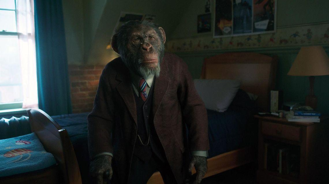 Pogo (Adam Godley, Ken Hall) en la temporada 1 de The Umbrella Academy. Imagen: Netflix/Syfy Wire