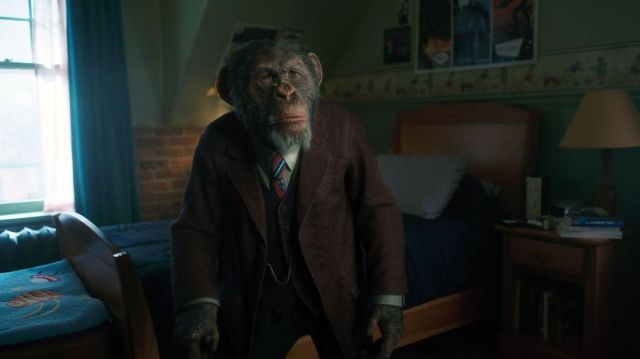 Pogo (Adam Godley, Ken Hall) en la temporada 1 de The Umbrella Academy. Imagen: Netflix/Syfy Wire