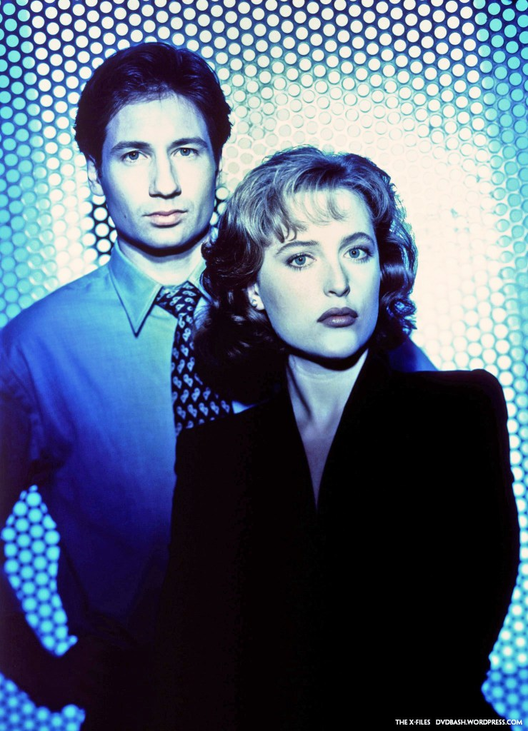 Los Agentes Fox Mulder (David Duchovny) y Dana Scully (Gillian Anderson) en la temporada 1 de The X-Files (1993-2002, 2016-2018). Imagen: dvdbash.com