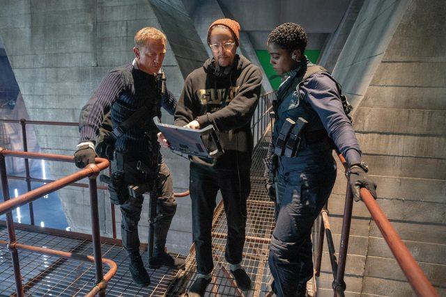 Daniel Craig como James Bond, el director Cary Joji Fukunaga y Lashana Lynch como Nomi en el set de No Time to Die (2020). Imagen: 007.com