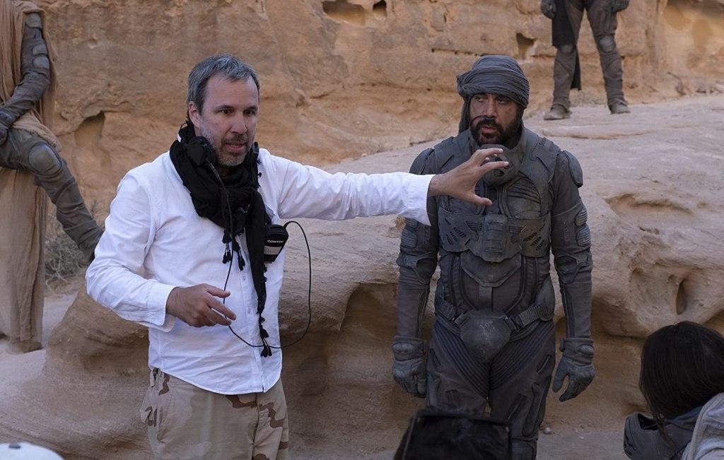 El director Denis Villeneuve y Javier Bardem como Stilgar el set de Dune (2020). Imagen: Warner Bros. Pictures