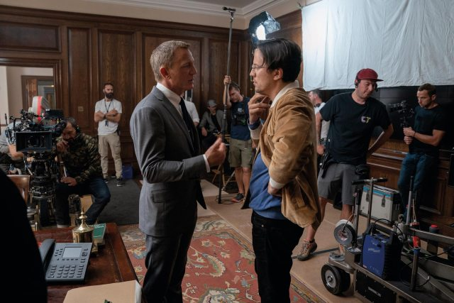 Daniel Craig como James Bond y el director Cary Joji Fukunaga en el set de No Time to Die (2020). Imagen: 007.com